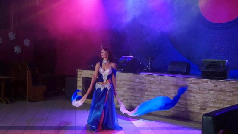 Наталья Юркова – танец с голубыми вейлами