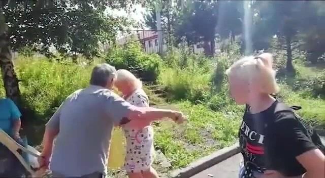 Дед накостылял грубиянке
