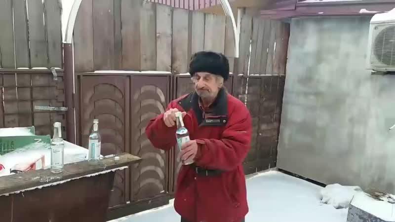 Бомж лакает водку под тему Джорно