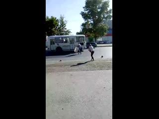 В Оренбурге автомобиль, перевозивший хлеб, растерял свой груз по дороге.