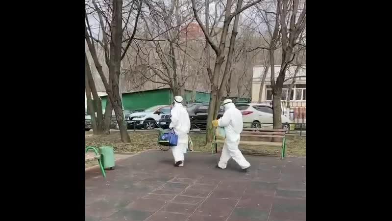 Люди в белом на улице Менжинского