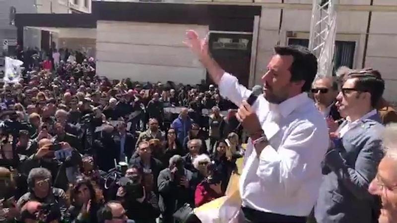 Catanzaro cori e fischi contro Salvini Il ministro Moscerini rossi andate da Oliverio