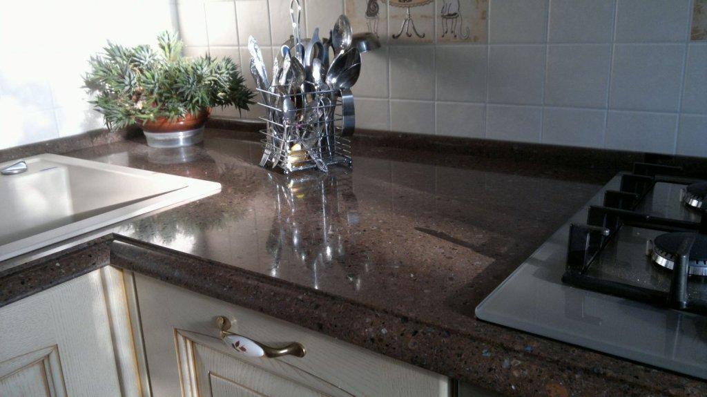 Кварцевый камень на кухне.