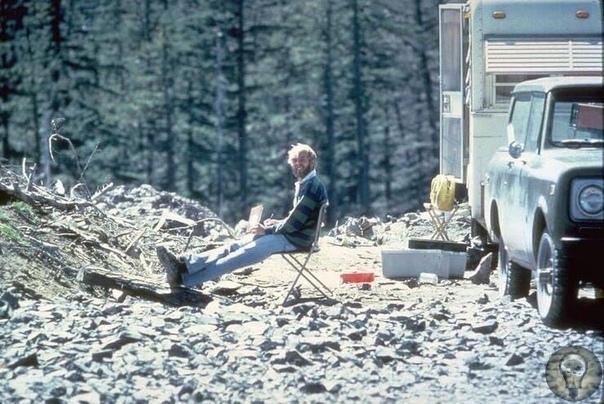 Вулканолог, изучающий гору Сент-Хеленс за 13 часов до собственной смерти.