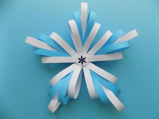 ОБЪЕМНЫЕ СНЕЖИНКИ Одной из детских зимних радостей можно назвать изготовление новогодних поделок. А среди них почетное место занимают снежинки их вырезают из салфеток и бумаги, лепят из