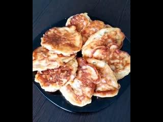 Оладьи к завтраку (ингредиенты указаны в описании видео)