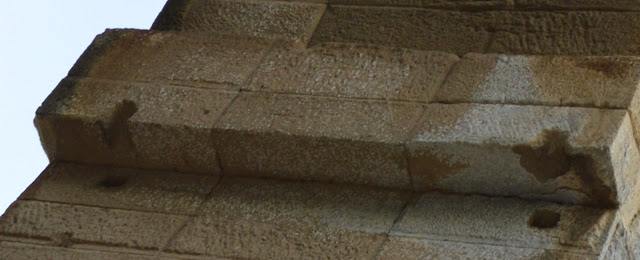 Загадочные квадратные отверстия на древних мегалитах по всему миру