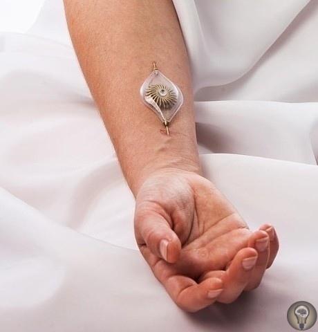 Одно из чудесных украшений дизайнера Naomi izhner. Оно вставляется в вену и поток крови используется для вращения зубчатого колёсика. _____________Вопрос.