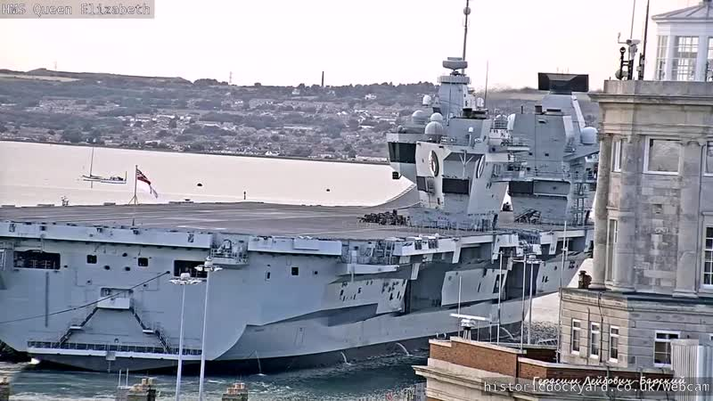 Royal Navy UK Авианосец HMS Queen Elizabeth вошел в гавань и швартуется в порту Портсмут