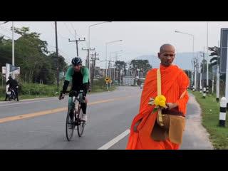 Буддист идет вдоль дорого