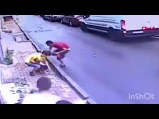 В Турции 17 летний парень  поймал выпавшую из окна двухлетнюю девочку MDK DAGESTAN