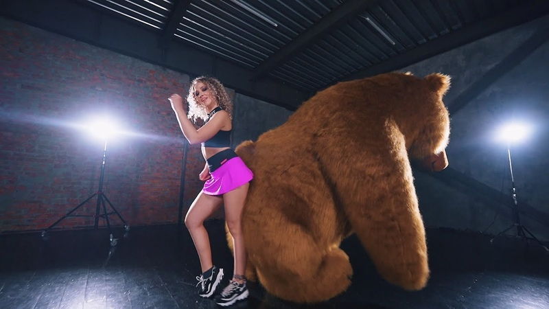 QUÉ CHIMBA Maluma Valeriya Steph dancing with a Siberian Bear