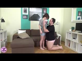 Жирный толстый мужик ебет низкую девушку порно секс инцест