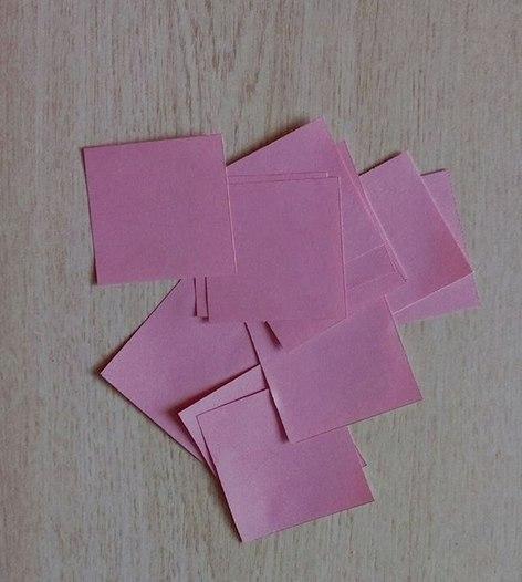 ПОДЕЛКИ К 9 МАЯ. ШАБЛОН Как сделать гвоздику из бумаги. Подробный мастер класс см. на фото. Получаются очень красивые и пышные цветы для поделок или открыток.1. Понадобятся 13-16 квадратов 5*5см
