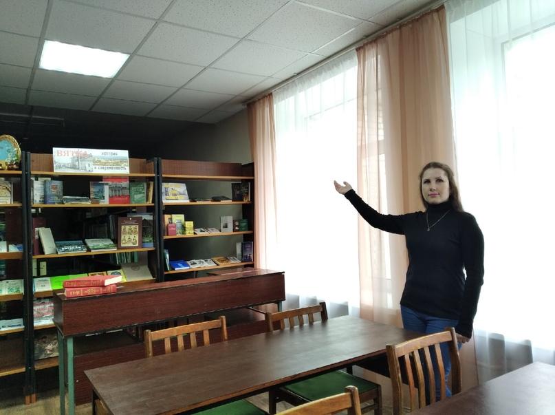 Ю.Левченко: «Таким светлым и красивым стал читальный зал. Он ждёт посетителей». Фото Натальи ЖЕГАЛИНОЙ.