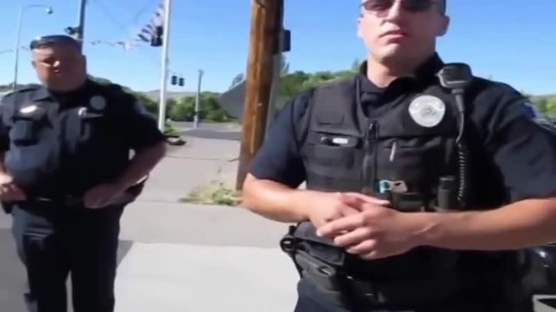 Американский коп и гражданин с автоматом на улице Проверка полиции на знание законов