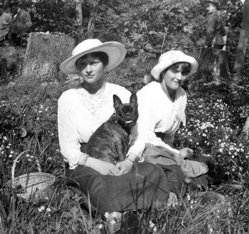 Дочери Николая II Татьяна и Анастасия со своей собакой по кличке Ортипо