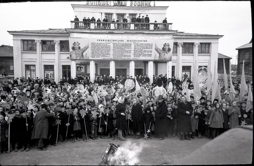 Пионерский парад 19 мая. 1956 год