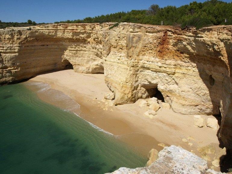 Интересные места нашей планеты Алгар-де-Бенагил (Португалия), изображение №3