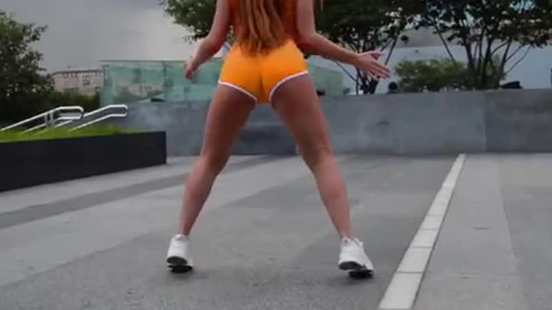 Тверк🔥 Танцует на улице спорт спортивныетанцы вывтанцах sport dancegirl сексуальныедевушки тверковщицы красота