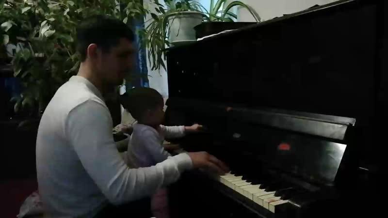 Ева играет на пианино у бабушки