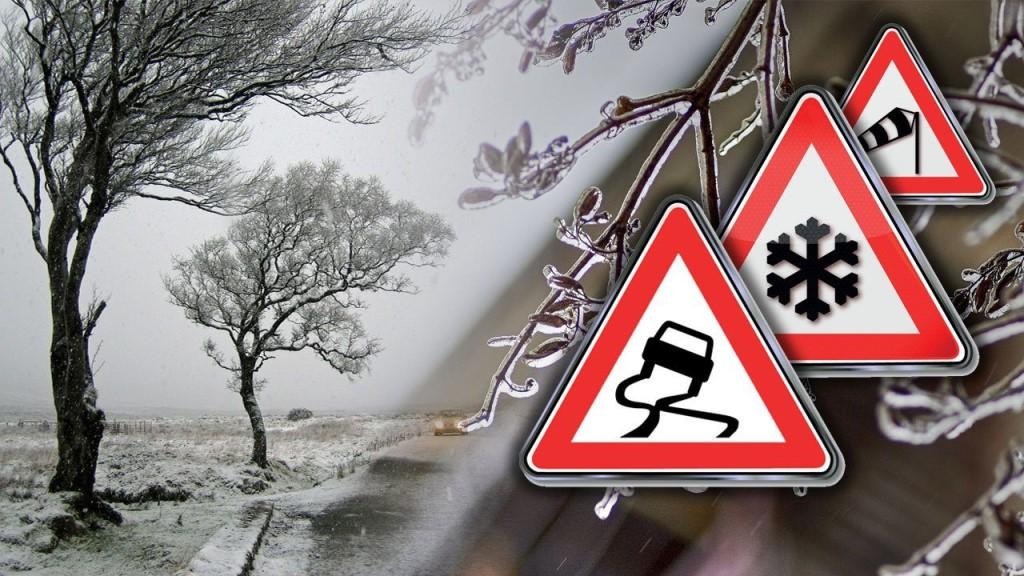 Отделение ГИБДД ОМВД России по Окуловскому району призывает водителей и пешеходов быть предельно внимательными и аккуратными из-за плохих погодных условий и возможного гололеда на дорогах.