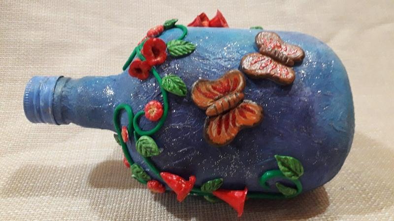 GARRAFA DECORADA com borboleta joaninhas e flores Modelagem com a massa de biscuit