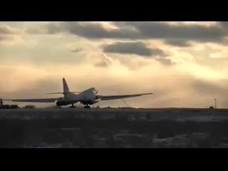 Молодые летчики дальней авиации испытали себя при пилотировании стратегических ракетоносцев Ту-160 на летно-тактическом учении п