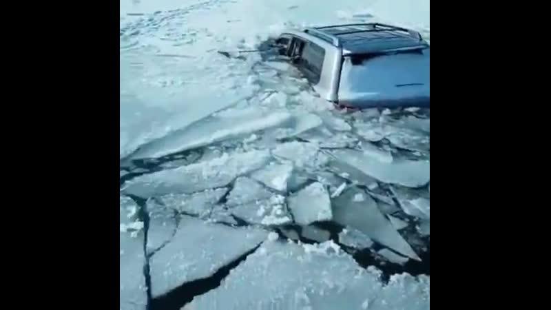 Сегодня днём в проливе Малое море озера Байкал провалился под лёд внедорожник
