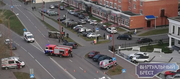 На ул. Гоголя напротив БТИ жёсткое ДТП, перевернулся автомобиль