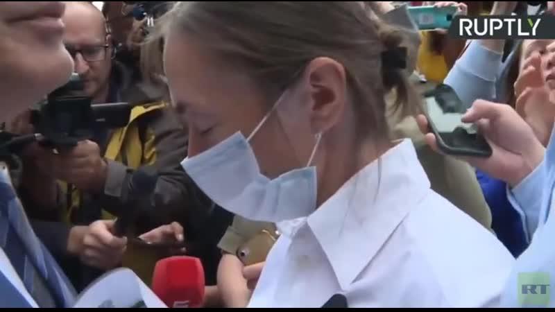 Свидетель защиты Ефремова его жена Софья Кругликова игнорирует журналистов В ответ на все вопросы она просто читает молитву