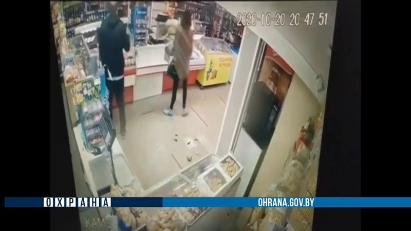 В Бобруйске мужчина беспричинно разбил в магазине кассовый аппарат и витрины