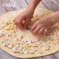 id_50364 Пирог-улитка с болгарским перцем и сыром фета 😋  Автор: Cookist  #gif@bon