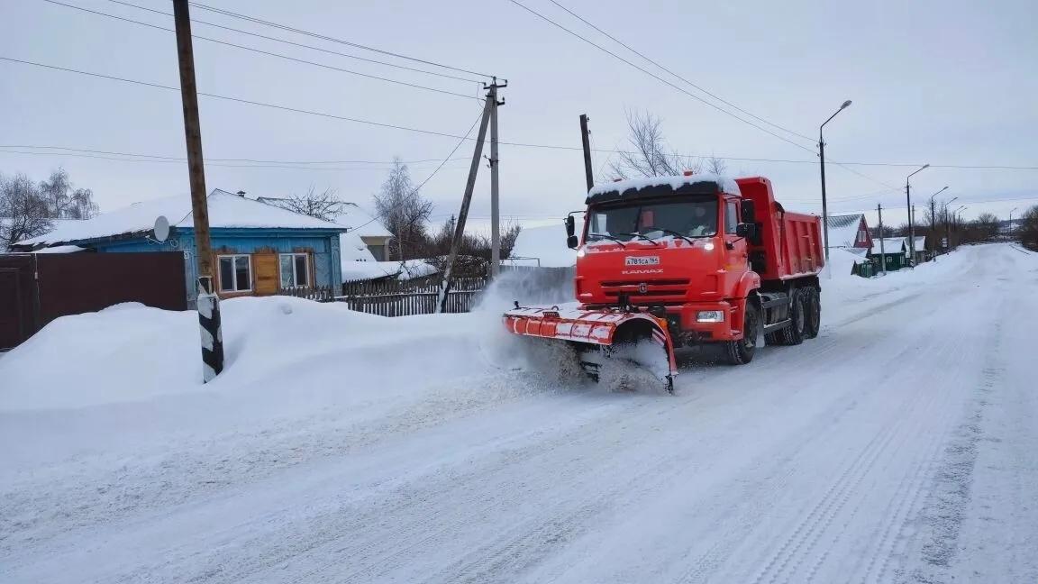 В Петровске городская коммунальная служба и управляющие компании устраняют последствия ночного снегопада