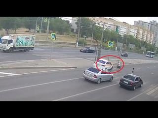 Таксист на западе Волгограда чудом не сбил женщину на переходе