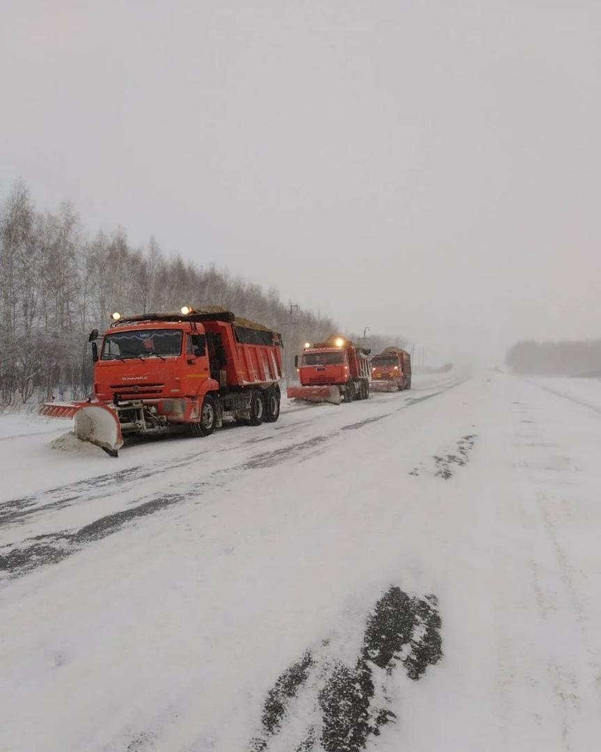 На расчистке дорог Петровского района и городских улиц задействовано 27 единиц спецтехники