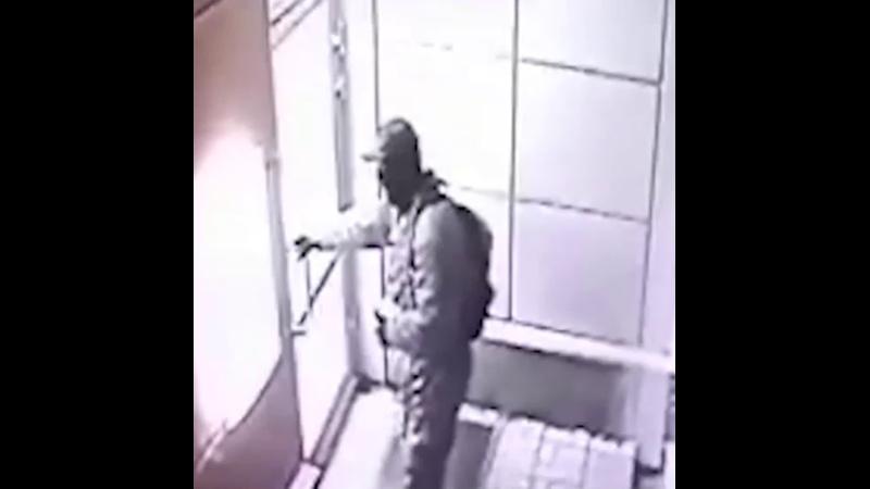 В посёлке Ульяновка под Тосно отчаянные парни решили взорвать банкомат газом