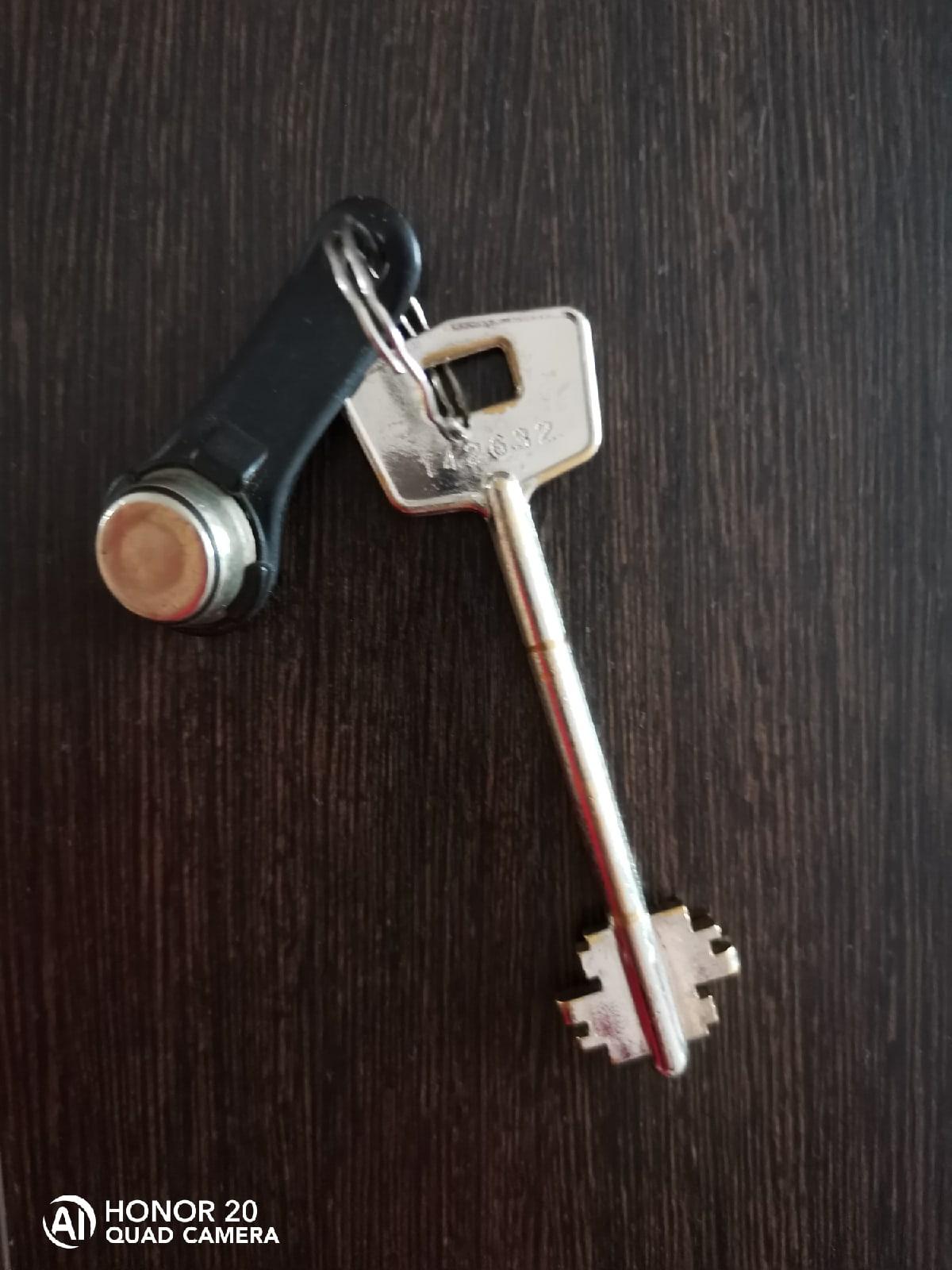 Во дворе дома Октябрьский 15 найдены ключи.
