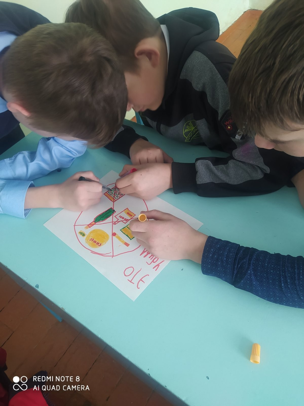 Команда мальчиков рисуют плакат ЗОЖ