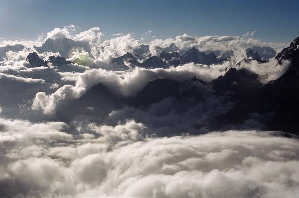 Какое наслаждение – созерцать величественные горные массивы и находиться выше облаков ! Что другое на свете может быть так цельно, так полно, как восхождение на горы.