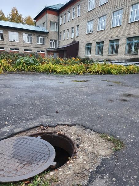 Между 8 школой и Петрова 34. Открытый канализацион...