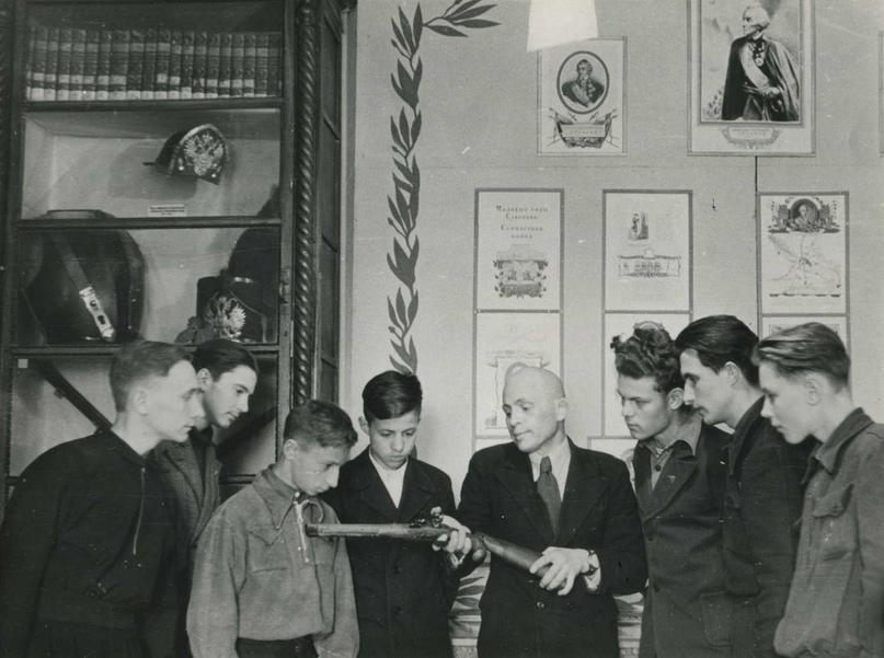 Научный сотрудник Пензенского краеведческого музея М.Р. Полесских рассказывает посетителям музея о кремневом оружие XVIII века.