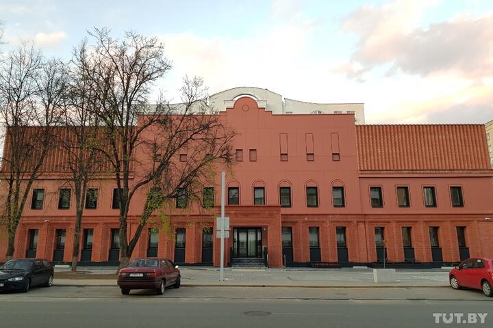Заканчивается реконструкция бани №1 на Хмельницкого, которую сносили. Вот как она выглядит