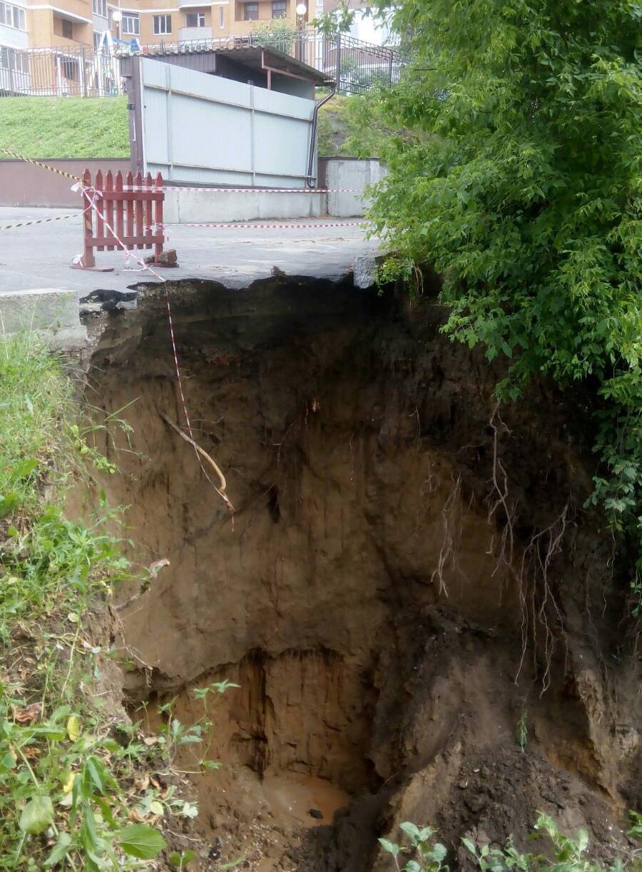 На улице Фокина в Брянске после ливня образовался провал высотой с 4-этажный дом