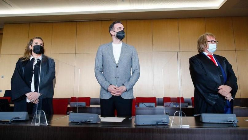 Foto: 1: Metzelder vor Gericht! Kinderseelen pflastern seinen Weg! Netzfund (Unbekannt)