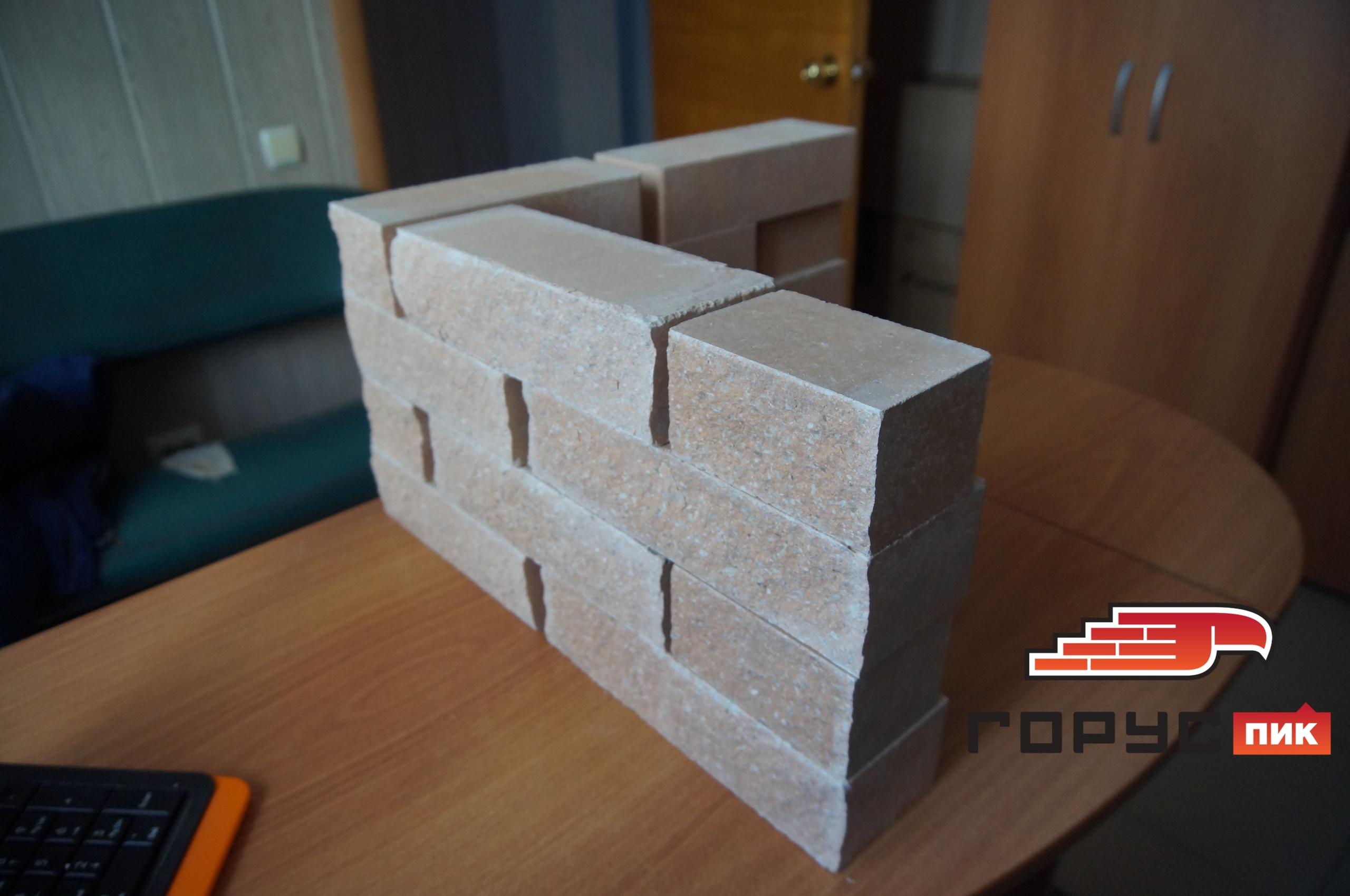 Задача: фасад будет покрыт штукатуркой, а углы дома планируется выложить кирпичом