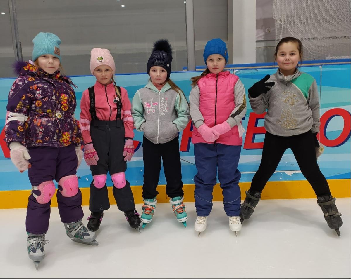 На фото юные можгинские хоккеистки и они