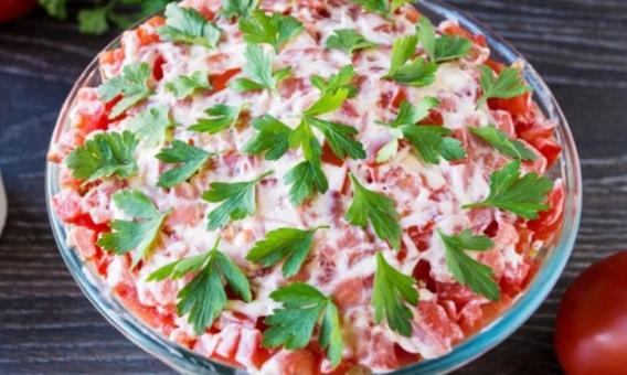 Салат с твёрдым сыром, помидорами и сухариками