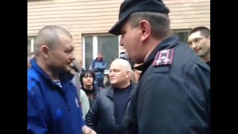Луганск 29 апреля 2014 Люди пришли к УВД Русвесна