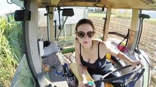 GIRL ON TRACTOR   Giulia and Fendt Favorit 920   Sorghum Silage